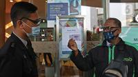 Petugas mengecek kartu vaksinpengunjung di mal kuningan city, Jakarta, Selasa (10/8/2021). Perpanjangan PPKM Level 4 di mal pengunjung diwajibkan mematuhi protokol kesehatan, melakukan scan barcode aplikasi Pedulilindungi dan memperlihatkan sertifikat vaksin COVID-19. (Liputan6.com/Herman Zakharia)