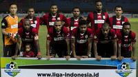 Kapten Persipura, Boaz Solossa, mengajak sang putri foto bersama tim sebelum melawan Bhayangkara FC pada laga Liga 1 Indonesia di Stadion Patriot, Bekasi, Sabtu (9/9/2017). Bhayangkara FC menang 2-1 atas Persipura. (Bola.com/Vitalis Yogi Trisna)