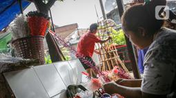 Perajin menyelesaikan aksesoris Ondel-ondel di Kramat Pulo, Jakarta, Senin (7/6/2021). Harga ondel-ondel tersebut mencapai Rp. 5 juta untuk sepasangnya. (Liputan6.com/Faizal Fanani)
