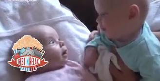 Dua Bayi Ini Lagi Asyik Mengobrol