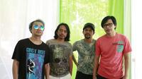 Band Gigi saat melakukan penanaman trembesi di jalan Tol Trans Jawa, Sidoarjo, Jawa Timur