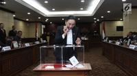 Hakim Konstitusi menunjukkan surat suara saat pemilihan Ketua Mahkamah Konstitusi (MK) di Jakarta, Senin (2/3). Anwar Usman terpilih sebagai Ketua MK periode 2018-2020. (Liputan6.com/Angga Yuniar)
