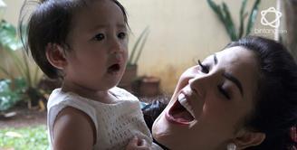 Nindy Ayunda Tanamkan Kemampuan Berbahasa Inggris untuk Anak.