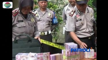 Aparat Polresta Bogor Kota gagalkan transaksi uang palsu senilai Rp 1,3 miliar. Petugas juga mengamankan tiga tersangka serta satu lembar uang dolar yang diduga baru saja dicetak oleh para pelaku.