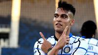Striker Inter Milan Lautaro Martinez merayakan gol ke gawang Atalanta pada laga Liga Italiadi Gewiss Stadium, Minggu (8/11/2020). (AFP/Miguel Medina)
