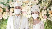 Zaskia Gotix dan Sirajuddin Mahmud mengenakan masker putih saat pernikahan mereka (Dok.Instagram/@ivan_gunawan/https://www.instagram.com/p/B_ZxfvkHLBH/Komarudin)