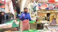 Mengunjungi Jepang, cobalah datang ke pasar Omicho di Kanazawa. Kamu akan dapat pengalaman yang mengesankan.