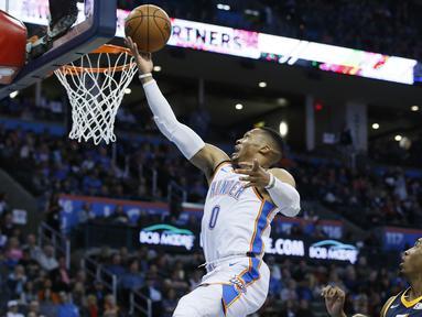 Pebasket Oklahoma City Thunder, Russell Westbrook, memasukkan bola saat melawan Utah Jazz pada laga NBA di Chesapeake Energy Arena, Rabu (6/12/2017). Thunder menang 100-94 atas Jazz. (AP/Sue Ogrocki)