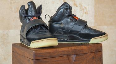 Foto selebaran milik Sotheby's menunjukkan sneakers Nike Air Yeezy 1 yang pernah dipakai rapper Kanye West selama Grammy Awards 2008. Yeezys model high top itu terjual dengan harga 1,8 juta dolar AS (sekitar Rp26 miliar), oleh balai lelang Sotheby pada 26 April 2021. (HO/SOTHEBY'S/AFP)