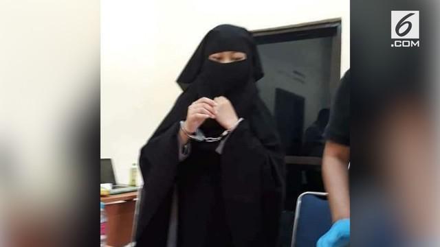 Polisi menangkap dua orang perempuan yang diduga akan melakukan penusukan ke anggota polisi di Mako Brimob, Depok.