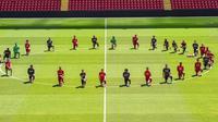 Skuat Liverpool menyuarakan gerakan Black Lives Matter dan memberi penghormatan khusus kepada George Floyd di Stadion Anfield. (foto: https://www.instagram.com/trentarnold66)