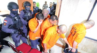 Polisi menggiring tersangka perdagangan manusia (human trafficking) atas korban Enti Sutini di Bareskrim Mabes POLRI, Jakarta (13/9). Polisi membekuk lima tersangka dalam kasus perdagangan wanita berusia 16 tahun tersebut. (Merdeka.com/Arie Basuki)