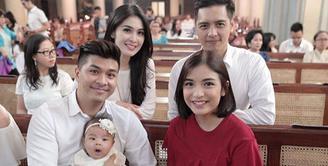Anak pertama pasangan Chelsea Olivia dan Gleen Alinskie baru saja menjalani prosesi pembaptisan. Potret keceriaan terlihat dari foto-foto yang diunggah dalam akun Instagramnya. (Instagram/chelseaoliviaa)