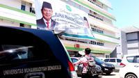 Spanduk Raksasa bertuliskan selamat datang Prabowo Subianto terpasang di Gedung Kampus 4 Universitas Muhammadiyah Bengkulu (Liputan6.com/Yuliardi Hardjo)
