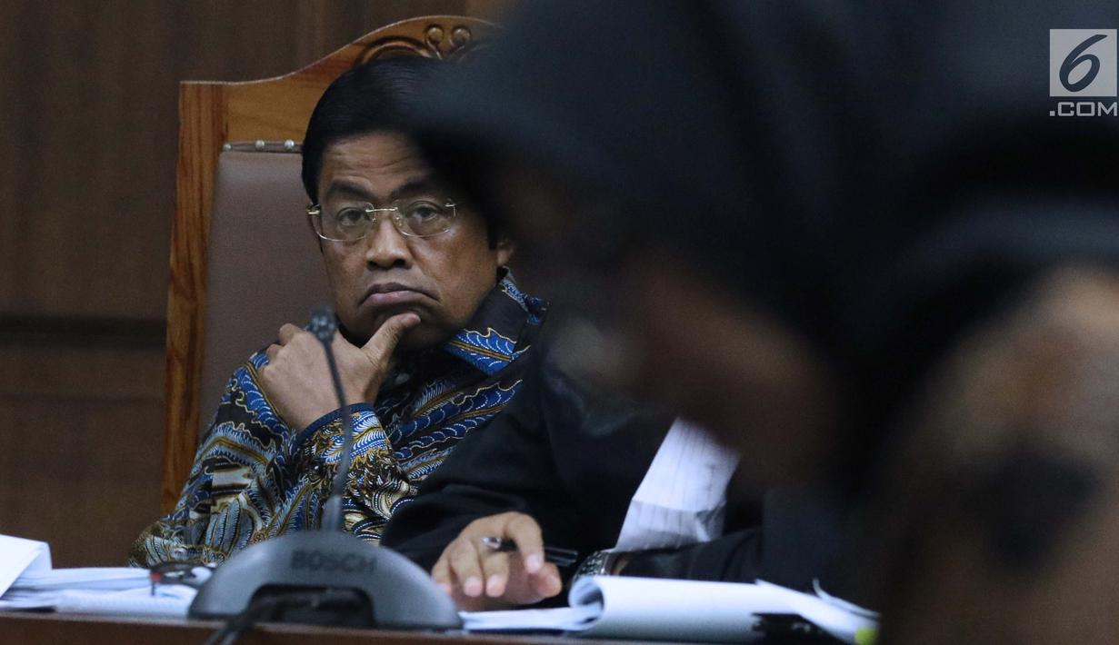 Terdakwa dugaan penerimaan suap terkait kerja sama pembangunan PLTU Riau-1, Idrus Marham saat menjalani sidang lanjutan di Pengadilan Tipikor, Jakarta, Selasa (29/1). Sidang mendengar kesaksian Eni Maulani Saragih. (Liputan6com/Helmi Fithriansyah)