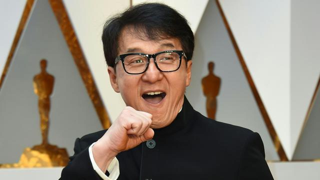 20170226-Jackie Chan Bawa Dua Boneka Panda ke Oscar 2017-California