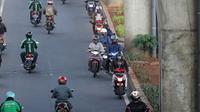 Aksi melawan arus lalu lintas pengendara sepeda motor di Jalan Ciledug Raya, Jakarta, Kamis (5/4). Perilaku kurang disiplin pengendara motor ini kerapkali menjadi salah satu penyebab kemacetan dan kecelakaan di jalan raya. (Liputan6.com/Arya Manggala)