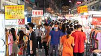 Warga mengunjungi pasar malam di Jalan Baocheng di Wuhan, Provinsi Hubei, China tengah, pada 1 Juni 2020. Kehidupan perkotaan di Wuhan, wilayah yang sempat terdampak parah oleh COVID-19, telah berangsur kembali normal. (Xinhua/Xiong Qi)