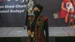 Penampilan Perempuan Pelestari Budaya saat meragakan busana khas NTT dalam Kartini Fest memperingati Hari Kartini, Jakarta, Sabtu (17/4/2021). Acara yang menampilkan talkshow dan Fashion show tersebut merupakan untuk charity Korban bencana alam di NTT. (Liputan6.com/Faizal Fanani)