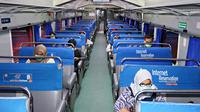 Tidak terkecuali, seluruh penumpang diwajibkan memakai masker saat berada di stasiun dan di dalam gerbong kereta api