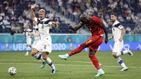 Pada menit ke-65, Romelu Lukaku berhasil merobek gawang Belgia setelah menerima umpan dari Kevin De Bruyne. Sayangya gol ini dianulir oleh wasit setelah dirinya terbukti offside ketika ditinjau dari VAR. (Foto: AP/Pool/Lars Baron)