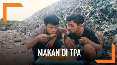 Dua pria rela makan besar atau mukbang di tempat pembuangan akhir di Antang, Makassar. Padahal banyaknya sampah dapat mengganggu pernafasan kita. Belum lagi kotornya. Tapi, pria ini tetap nekat makan di sana demi mendapatkan subscriber dan viewers di...