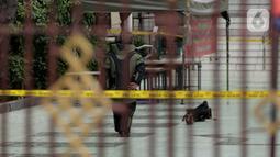 Personel Penjinak Bom (Jibom) Gegana Polda Metro Jaya bersiap memeriksa sebuah tas  mencurigakan yang ditemukan di pelataran Masjid Agung Sunda Kelapa, Menteng, Jakarta Pusat, Selasa (31/12/2019). Setelah diperiksa lebih lanjut, tas itu ternyata berisi baju. (Liputan6.com/Faizal Fanani)