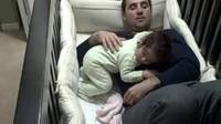 Saksikan bagaimana perjuangan seorang ayah menidurkan anaknya yang terbangun di tengah malam dan menangis minta ditemani.