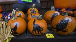 Berbagai dekorasi bertema Halloween terlihat di sebuah toko di Mississauga, Ontario, Kanada, pada 29 Oktober 2020. Warga Ontario mulai berbelanja dekorasi dan menghias rumah mereka untuk menyambut Halloween. (Xinhua/Zou Zheng)