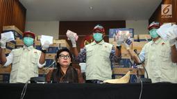 Wakil Ketua KPK Basariah dan Petugas KPK menunjukkan barang bukti OTT uang senilai Rp8 miliar di gedung KPK, Jakarta, Kamis (28/3). KPK menetapkan anggota DPR dari fraksi Partai Golkar Bowo Sidik Pangarso (BSP) beserta barang bukti uang dalam 84 kardus. (merdeka.com/Dwi  Narwoko)