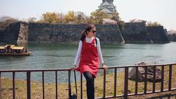 Penampilan Kimberly Ryder tampak santai saat liburan ke Jepang. Berpose di depan Istana Osaka, Kimberly tampak menawan dengan kacamata hitam. (Liputan6.com/IG/kimbrlyryder)