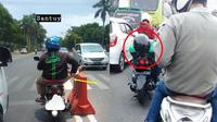 Driver Ojek Online saat Berhenti di Lampu Merah (Sumber: Instagram//dramaojol.id)