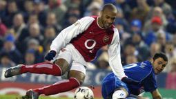 2. Thierry Henry. Terinspirasi Sonny Anderson saat bermain di Liga Prancis untuk AS Monaco dalam rentang 1992-1999. Awalnya ia sempat diledek rekan-rekannya karena lebih mirip penari balet dengan kaos kaki yang direntangkan melebihi lutut. (AFP/Odd Andersen)