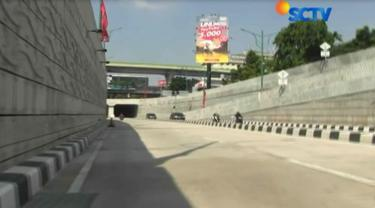 Akibat hilangnya penutup lubang saluran air di Underpass Mampang, para pengendara yang melintasi harus lebih waspada.