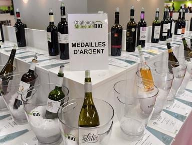 Botol wine organik dipajang dalam pameran  Millesime Bio 2018 di Kota Montpellier, Prancis, Senin (29/1). Millesime Bio 2018 bertujuan mempromosikan produk wine organik. (AFP PHOTO/PASCAL GUYOT)