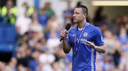 Kapten Chelsea, John Terry, menyampaikan ucapan perpisahan kepada suporter usai laga melawan Sunderland di Stamford Bridge, Minggu (21/5/2017). Terry resmi mengakhiri kiprahnya selama 22 tahun di Chelsea. (AP/Kirsty Wigglesworth)