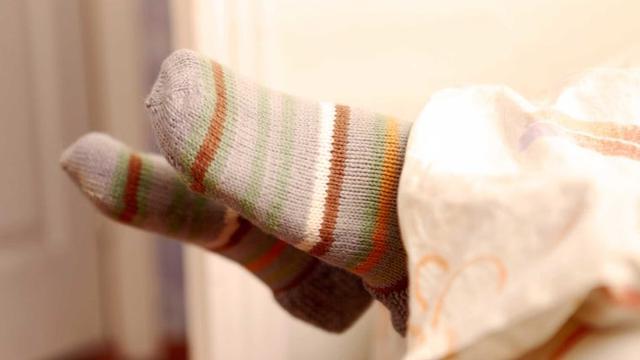 Hasil gambar untuk ilustrasi menggunakan kaos kaki saat tidur