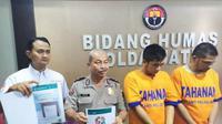 Dua polda Jatim tangkap dua pelaku penipu yang mengaku pejabat Polda Jatim dan mengguakan modus kejahatan penipuan online. (Foto:Liputan6.com/Dian Kurniawan)