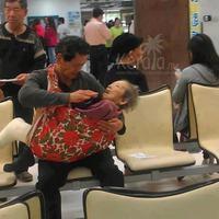Seorang pria patuh baya menggendong ibunya yang sakit menjadi viral di media sosial. (Sumber Foto: viral4real)
