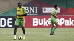 Pemain Bhayangkara FC, Herman Dzumafo, mengontrol bola saat latihan di Stadion PTIK, Jakarta, Minggu (2/12). Latihan ini persiapan jelang laga Liga 1 melawan PSM Makassar. (Bola.com/Yoppy Renato)