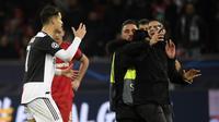 Reaksi Cristiano Ronaldo ketika ada penyusup yang hendak berfoto selfie dengannya setelah laga Juventus kontra Bayer Leverkusen, Kamis (12/12/2019), di Stadion BayArena. (AFP/Ina Fasbennder)