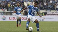 Gelandang Persib Bandung, Febri Hariyadi, mengontrol bola saat melawan TIRA Persikabo pada laga Piala Presiden 2019 di Stadion Si Jalak Harupat, Bandung, Sabtu (2/3). Persib kalah 1-2 dari TIRA. (Bola.com/Yoppy Renato)