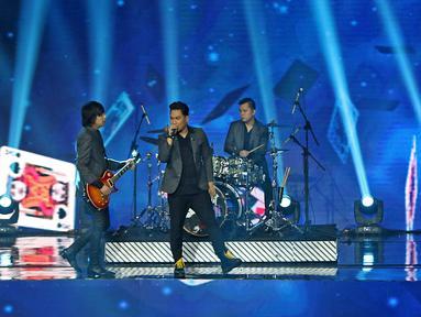 Penampilan grup band Armada saat konser Pesta Perak 25 Indosiar di Jakarta, Minggu (12/1/2020). Konser Pesta Perak 25 Indosiar menghadirkan deretan musisi kenamaan Tanah Air. (Liputan6.com/Herman Zakharia)