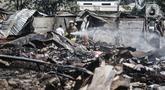 Petugas pemadam melakukan proses pendinginan di lokasi kebakaran Pasar Cempaka Putih, Jakarta, Kamis (24/9/2020). Kebakaran yang diduga akibat ledakan tabung gas dari lapak potong ayam tersebut menghanguskan 807 kios dengan kerugian ditaksir mencapai Rp 9 miliar. (merdeka.com/Iqbal S. Nugroho)