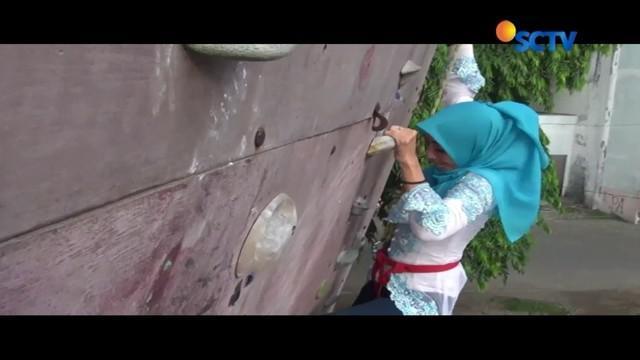 Peringati Hari Kartini, belasan wanita tua dan muda di Sidoarjo berlatih panjat dinding setinggi 15 meter, hingga mengibarkan bendera merah putih.