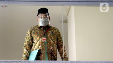 Mantan anggota DPRD Provinsi Jambi Cek Man saat akan menjalani pemeriksaan penyidik di Gedung KPK, Jakarta, Selasa (30/6/2020). Cek Man diperiksa sebagai tersangka terkait kasus dugaan menerima suap ketok palu pengesahan RAPBD Provinsi Jambi Tahun 2017-2018. (merdeka.com/Dwi Narwoko)