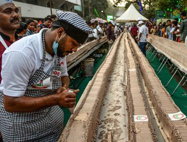 India Pecahkan Rekor Dunia Bikin Kue Sepanjang 6,5 Km