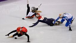 Tiga atlet wanita jatuh usai mengalami tabarakan saat mengikuti balapan skating trek pendek 1000 meter di Olimpiade Musim Dingin 2018 di Gangneung, Korea Selatan (20/2). (AP Photo / Morry Gash)