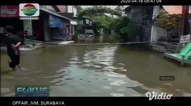 Sungai Anak Bengawan Solo meluap, jalanan antar kecamatan terputus akibat genangan air yang cukup tinggi untuk dilewati oleh kendaraan.
