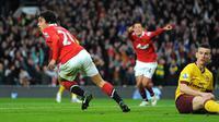 Bek MU Fabio da Silva rayakan gol ke gawang Arsenal pada laga Piala FA, Maret 2011. (AFP/Andrew Yates)